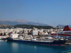 Large oil slick washes up on Greek island near Piraeus