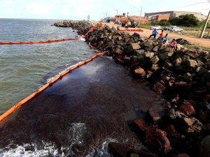 Mysterious oil spill reaches beach in major Brazilian city