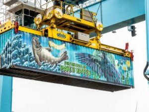 Rotterdam container placed on 'Noah's Train'