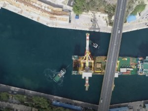 Chinese heavy lift ship carrying cranes contacted Curacao Bridge VIDEO