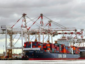 Wharfies Refuse to Unload Boxship in Melbourne amid COVID-19 Concerns