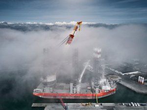Pacific Osprey's new crane boom in action