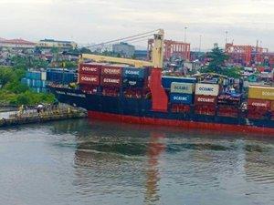 Feeder ship demolishes Manila Port pier