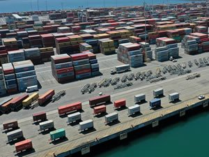 Nation's Busiest Port, Buried in Imports, Plucks Out Toys to Load Santa's Sleigh