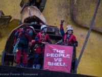 Greenpeace Activists Board Shell's Arctic-bound Oil Rig