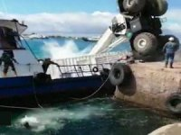 Oil spill as barge sinks in Galapagos Islands
